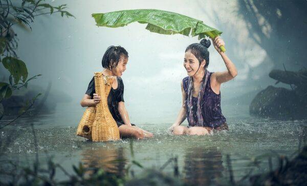 citate despre fericire - poză femei în ploaie